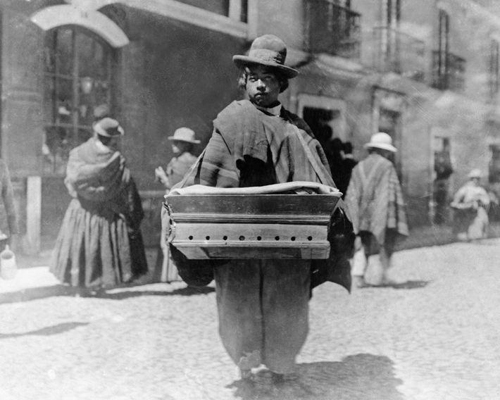 Ein Krämer wartet auf den Straßen von La Paz in Bolivien auf Kundschaft. 1909.