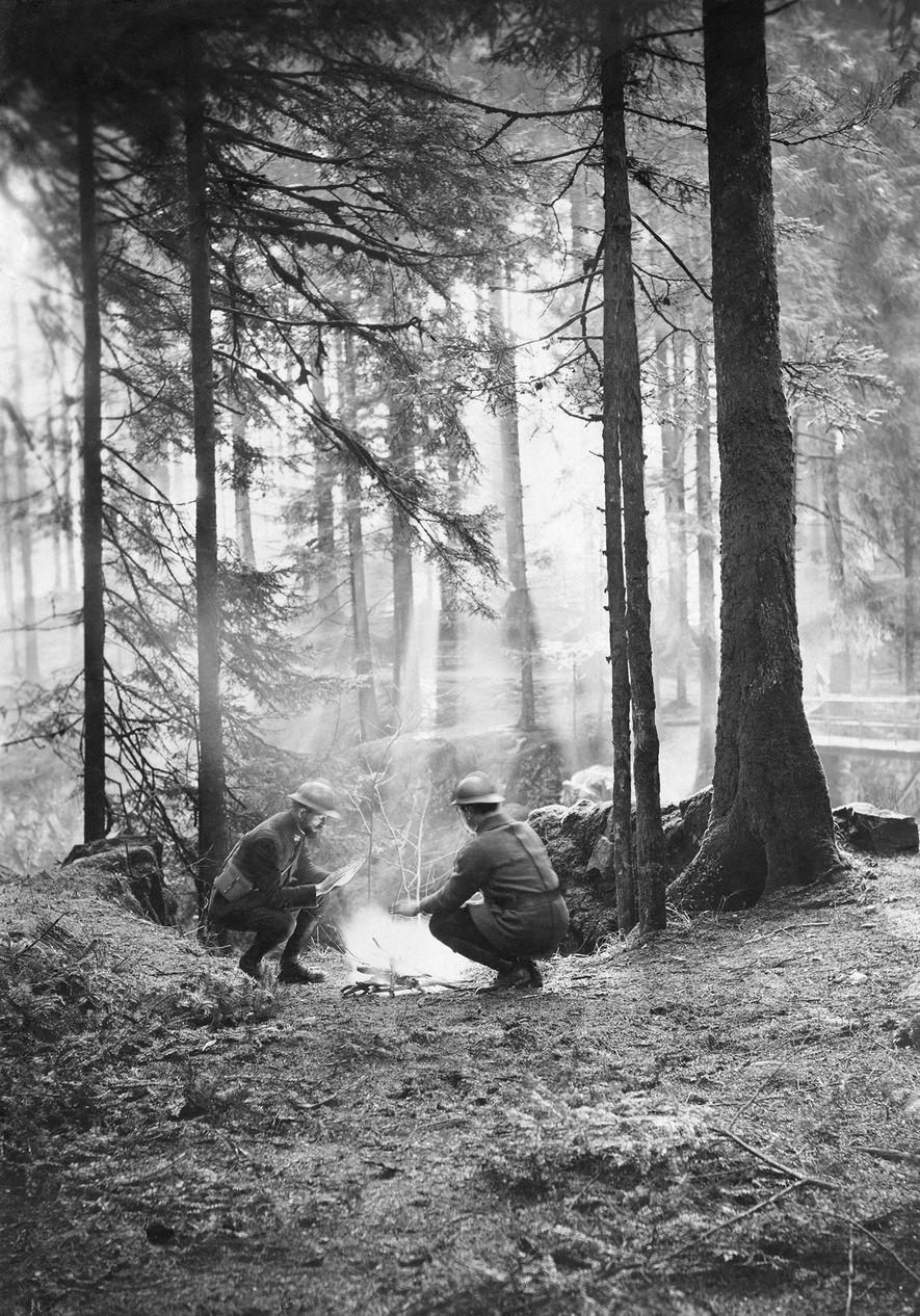 """Im Ersten Weltkrieg wärmen sich Soldaten an einem Feuer hinter den Linien in Lothringen. 1917. """"Hier ..."""