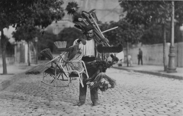 Ein Besenverkäufer präsentiert seine Ware auf einer Straße in Rio de Janeiro. 1920.