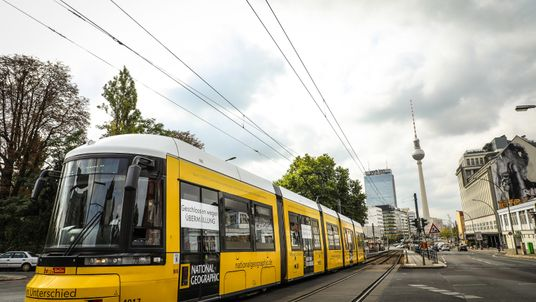 Straßenbahn in Berlin wegen Plastikmüll geschlossen