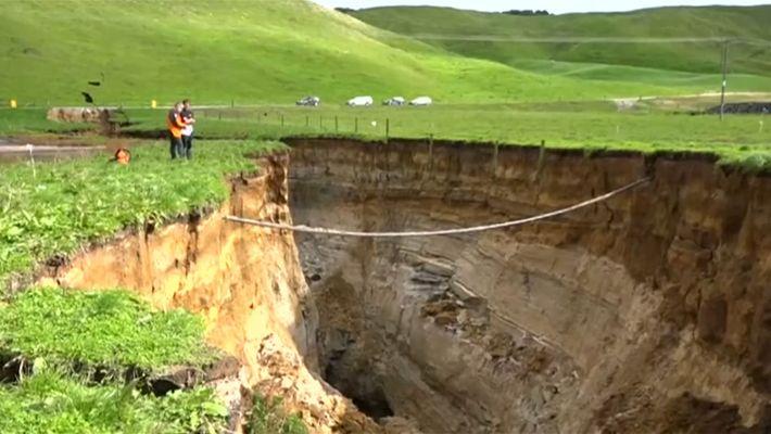 Erdfall in Neuseeland zieht Graben in Landschaft