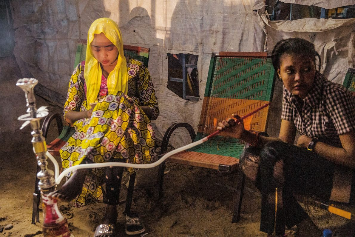 Tuareg-Frauen in einer Shisha-Bar