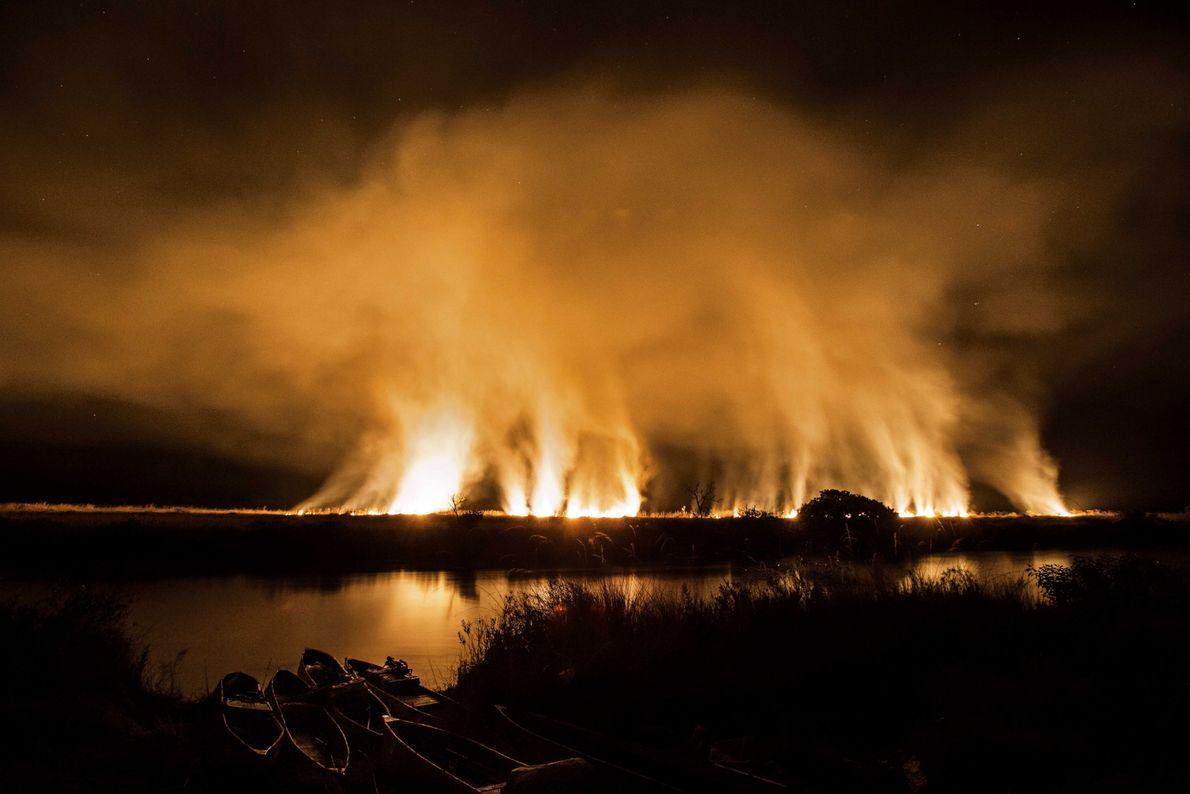 Feuersbrunst übermSchwemmland des Cuito