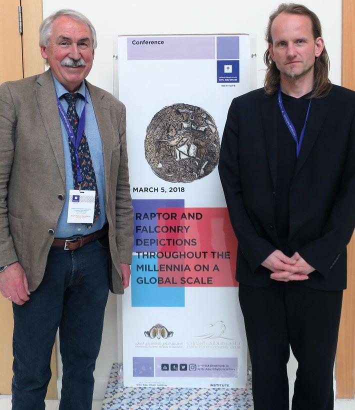 Der Archäologe Oliver Grimm (rechts) mit seinem Kollegen Karl-Heinz Gersmann bei einer von ihm organisierten Falknerei-Tagung ...