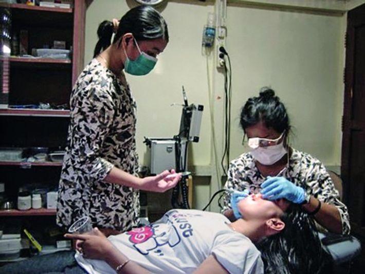 Hotlin Ompusunggu behandelt als Zahnärztin Menschen auf Borneo und trägt damit dazu bei, dass der dortige ...