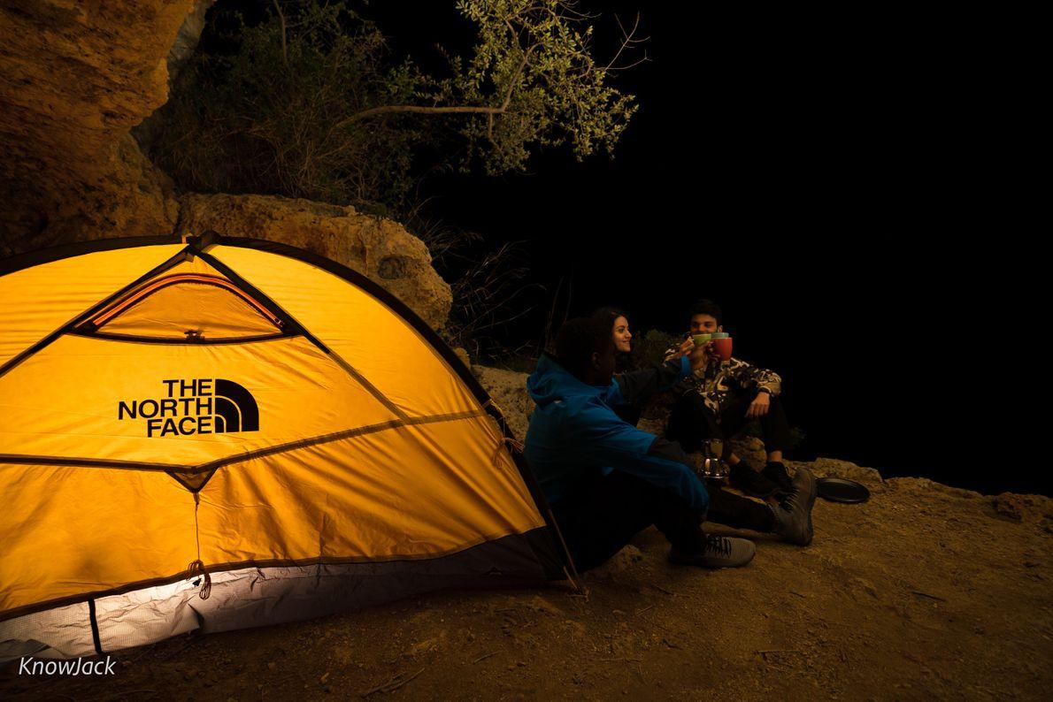 Campen vor den Höhlen von Gravina di Riggio in Apulien.