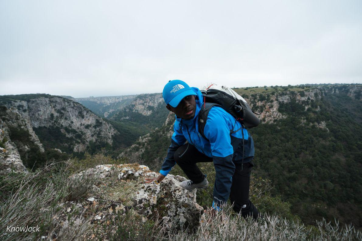 Aufstieg auf einen Felsrücken im Naturpark Terre delle Gravine.