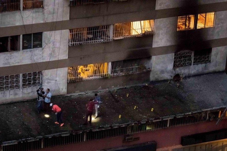 Sicherheitskräfte untersuchen die Überreste einer Drohnenexplosion in Caracas, Venezuela, die sich im August 2018 ereignete. Berichten zufolge war der Präsident Nicolas Maduro das Ziel eines Attentats gewesen, das mit einer Drohne durchgeführt worden sein soll, die mit einer Sprengladung ausgestattet war.