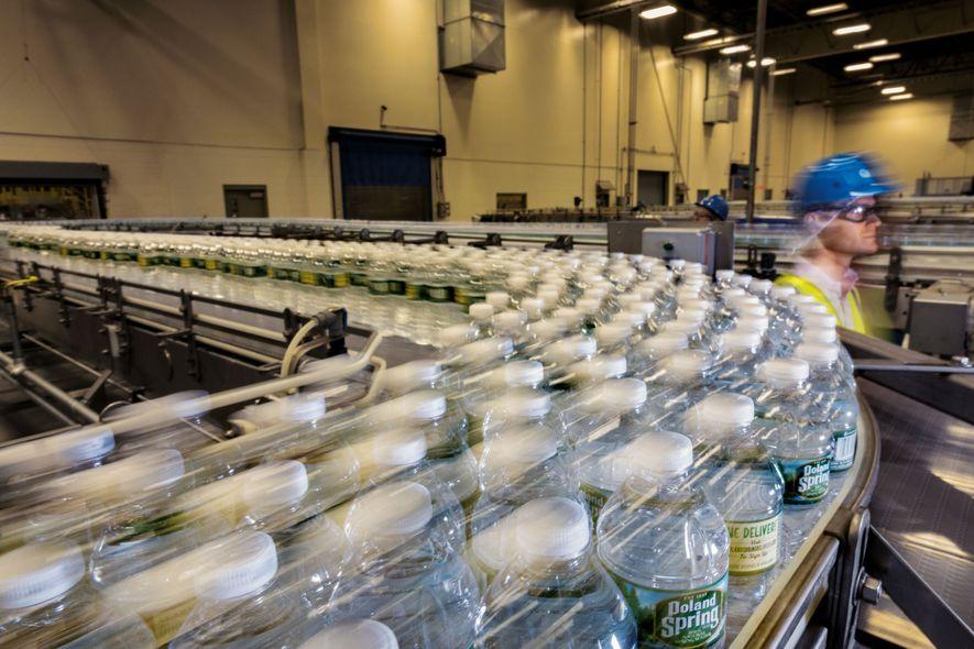 Nestlé Waters produziert elf Prozent des weltweit in Flaschen abgefüllten Wassers. Das Unternehmen sagt, es habe ...