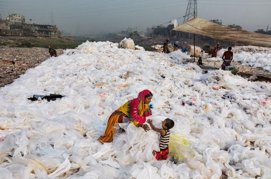 In Bangladeschs Hauptstadt Dhaka breitet Noorjahan und ihr Sohn Momo Plastikfolien zum Trocknen aus, die vorher ...