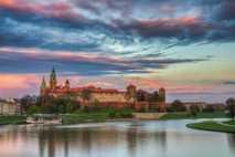 Die Sonne geht über Burg Wawel unter.
