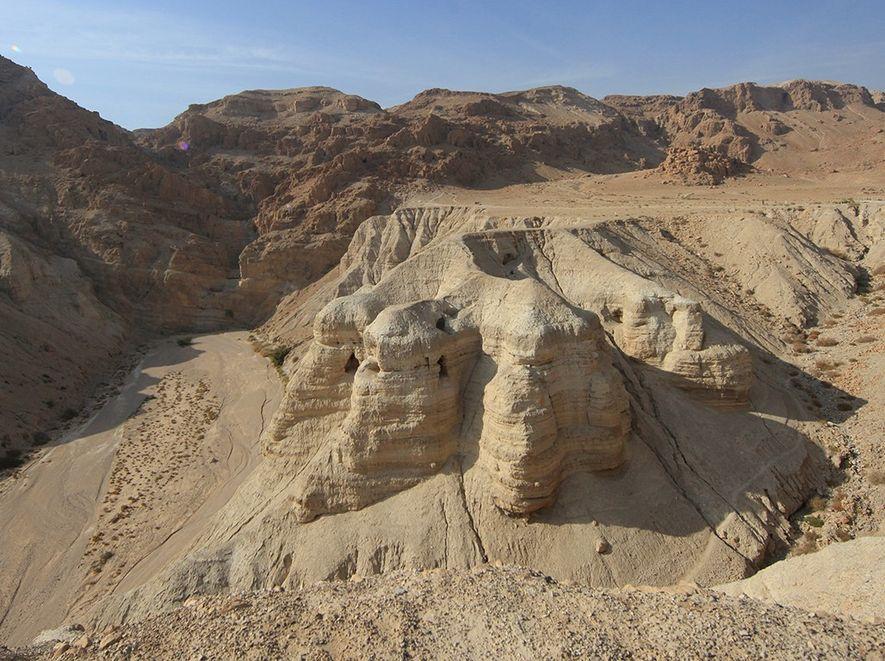 1952 entdeckten Beduinen zwei Höhlen mit den Resten von 600 Schriftrollen. Da man später die Fragmente ...