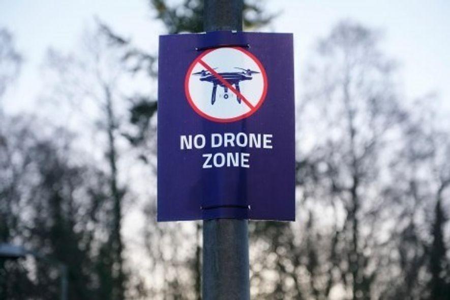 Auf dem Markt sind Drohnen – von Spielzeugen bis zu technisch ausgefeilten Fotodrohnen – derzeit frei verfügbar. Daher obliegt es dem Benutzer, damit verantwortungsvoll umzugehen. In der Praxis erweist sich das jedoch als schwierig.