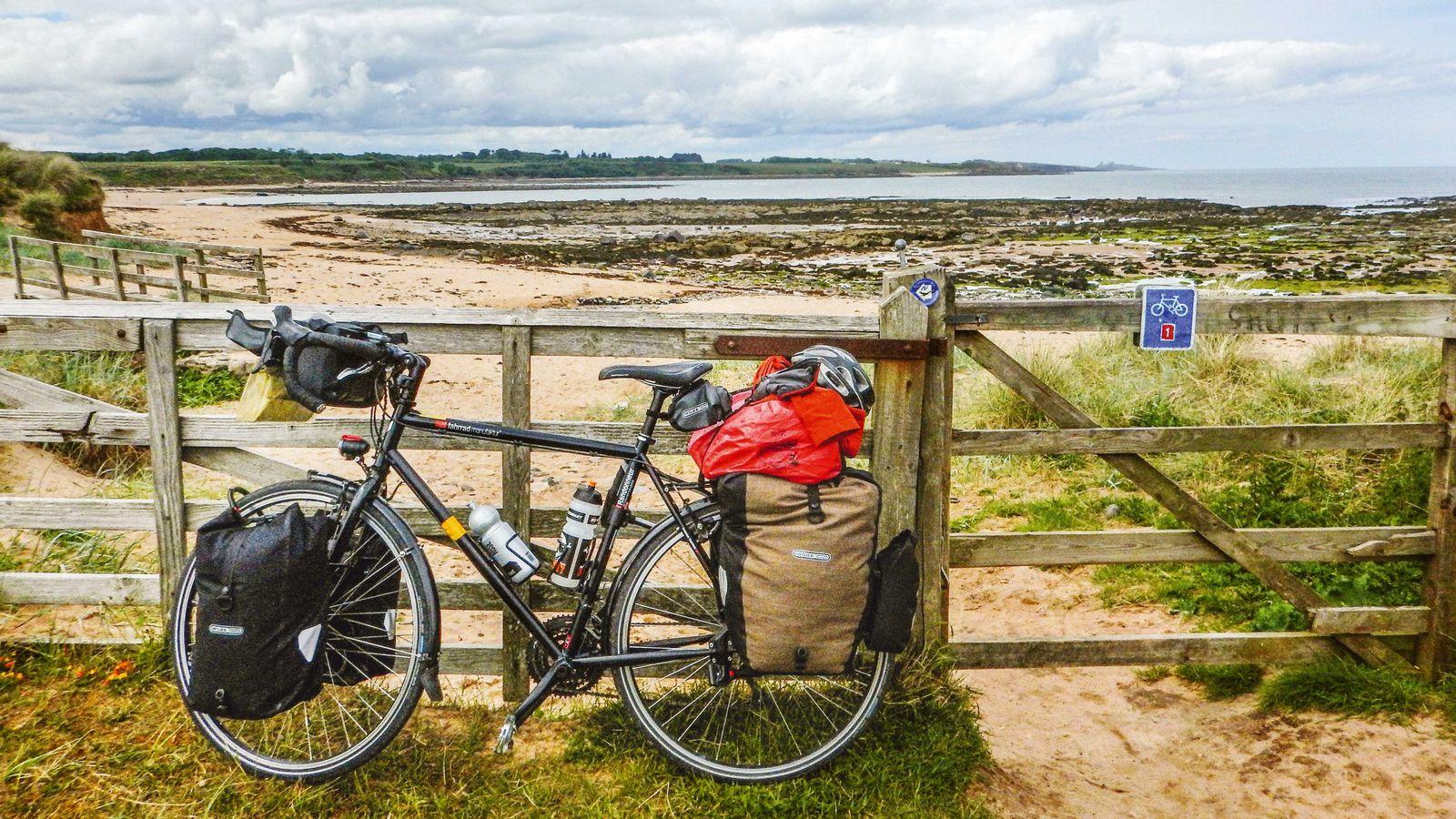 Drei Monate mit dem Rad und 18 Kilo Gepäck (hier nahe Berwick-upon-Tweed in Schottland).