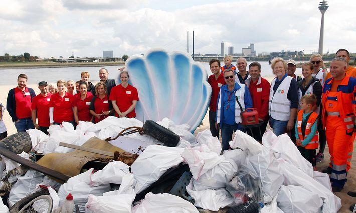 """Säckeweise Müll: Allein in Düsseldorf beteiligten sich rund 1100 Helfer am """"Rhine Cleanup Day""""."""