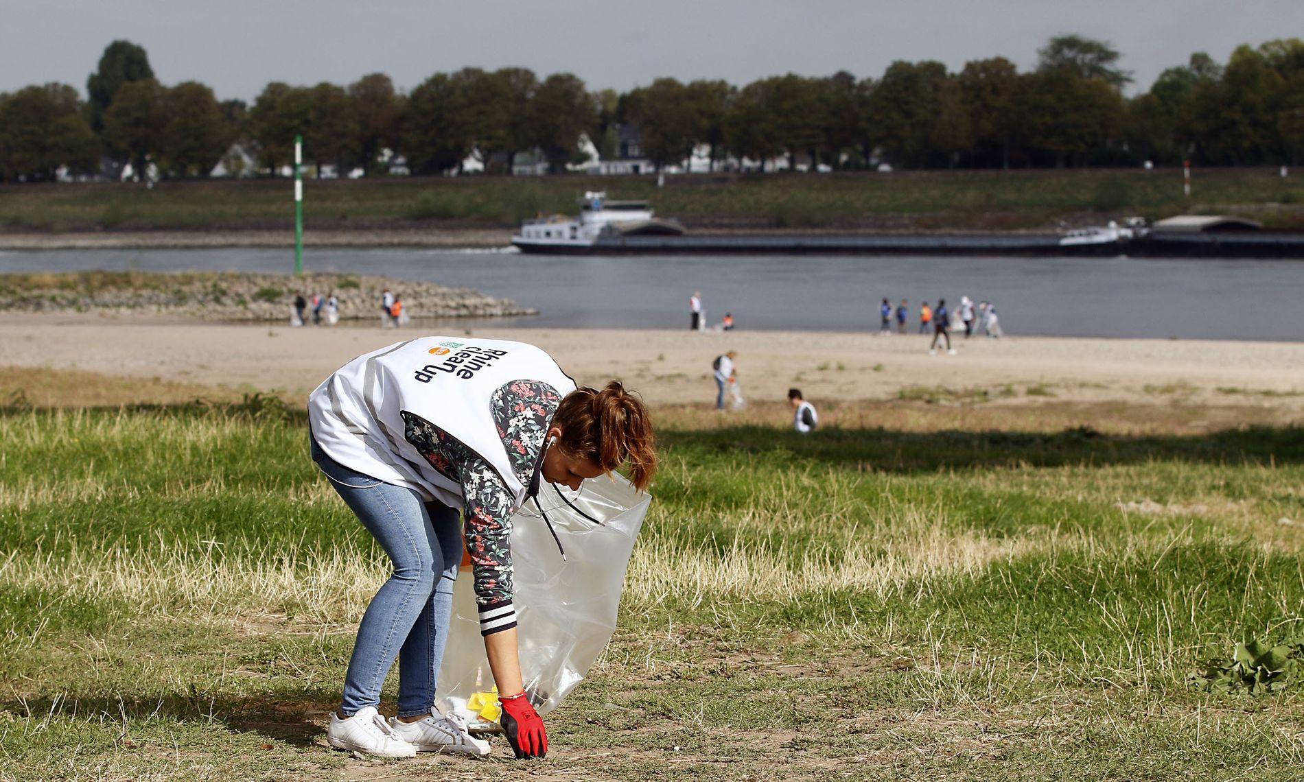 Große Säuberungsaktion am Rheinufer: Von der Quelle bis zur Mündung wurden 80 bis 100 Tonnen Abfall ...
