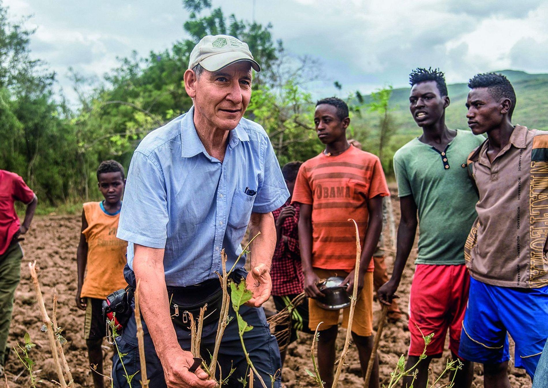 Tony Rinaudo (61, hier mit Bauern in Niger) erhielt für sein ökologisches und soziales Engagement 2018 ...