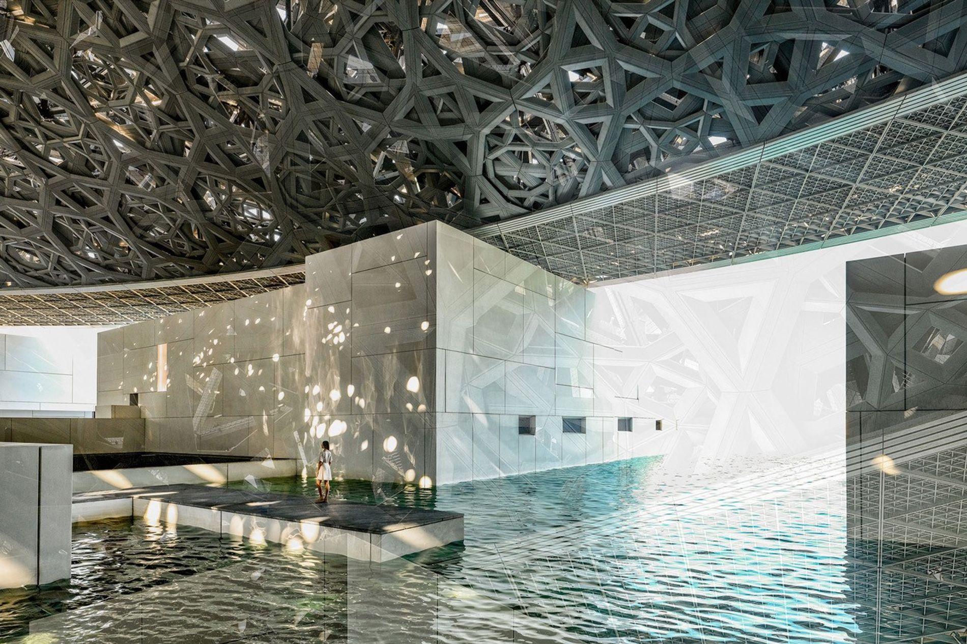 Abu Dhabi, Vereinigte Arabische Emirate, 2018 Der Louvre Abu Dhabi ist das größte Kunstmuseum der arabischen Halbinsel mit einer scheinbar schwebenden Kuppelstruktur aus Aluminium. Eine Oase am Rande der Stadt.