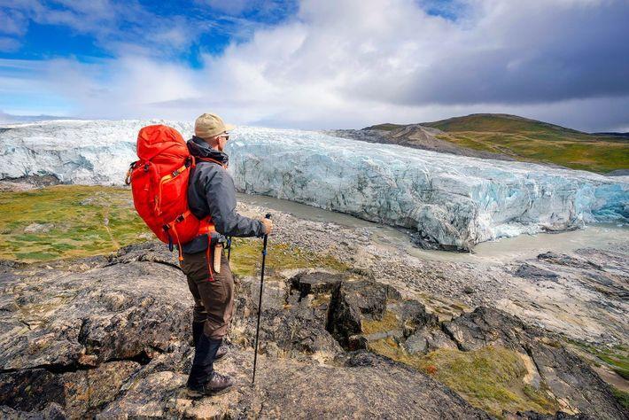Russell-Gletscher, Westgrönland | Ein Wanderer macht am Rande des Russell-Gletschers eine Pause, bevor er seinen Weg ...