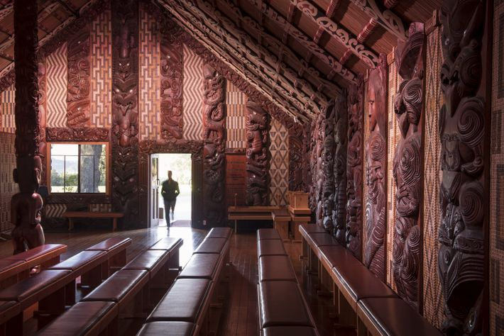 Im Versammlungshaus Te Whare Rūnanga trafen sich Māori-Häuptlinge und britische Kolonisten zur Unterzeichnung des Treaty of ...