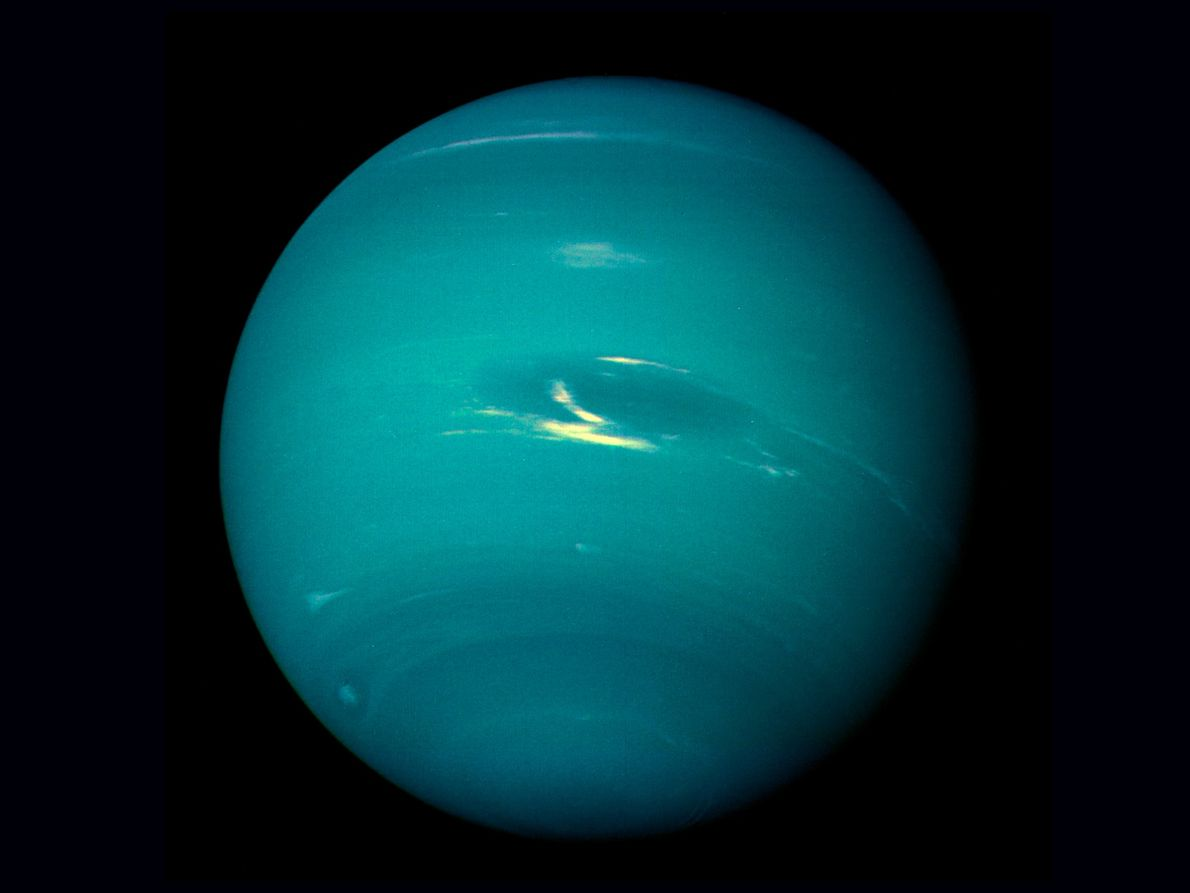 Voyager 2 vollendete ihren letzten Vorbeiflug an einem Planeten am 25. August 1989, als sie am ...
