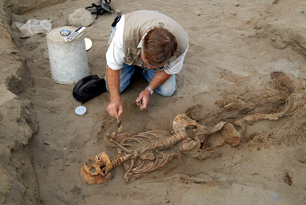 Gabriel Prieto und John Verano, die von National Geographic gefördert werden, haben mehrere Grabungssaisons an der ...