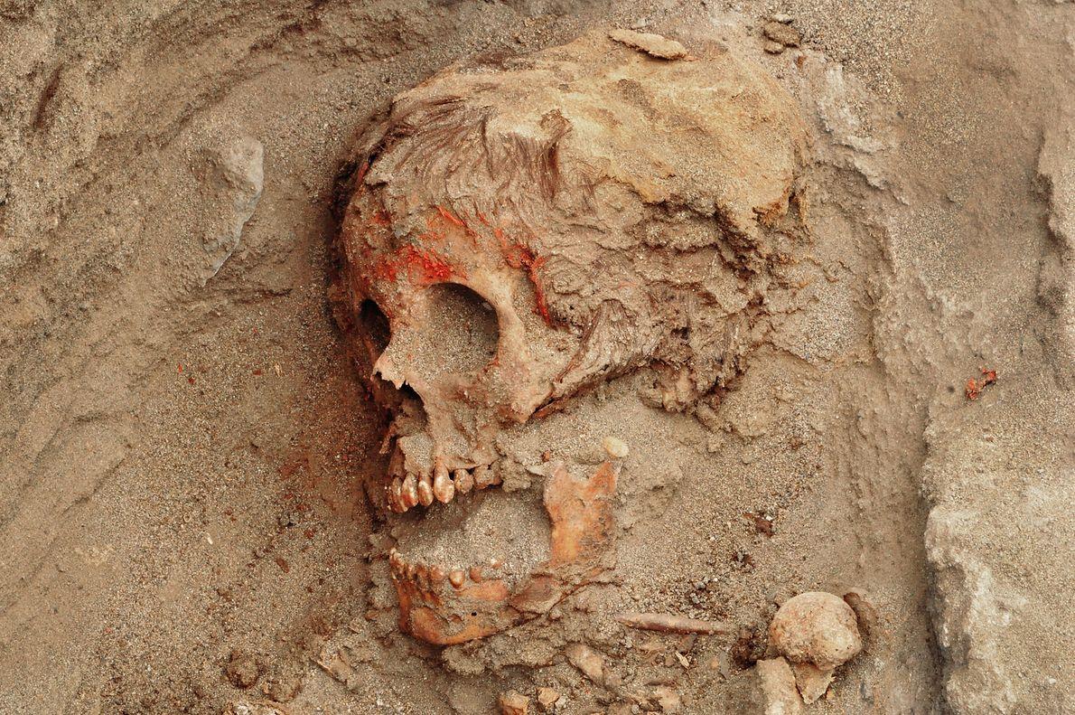 Vielen der Kinder wurden vor ihrem Tod anscheinend ein rotes Pigment ins Gesicht geschmiert. DNA-Analysen deuten ...