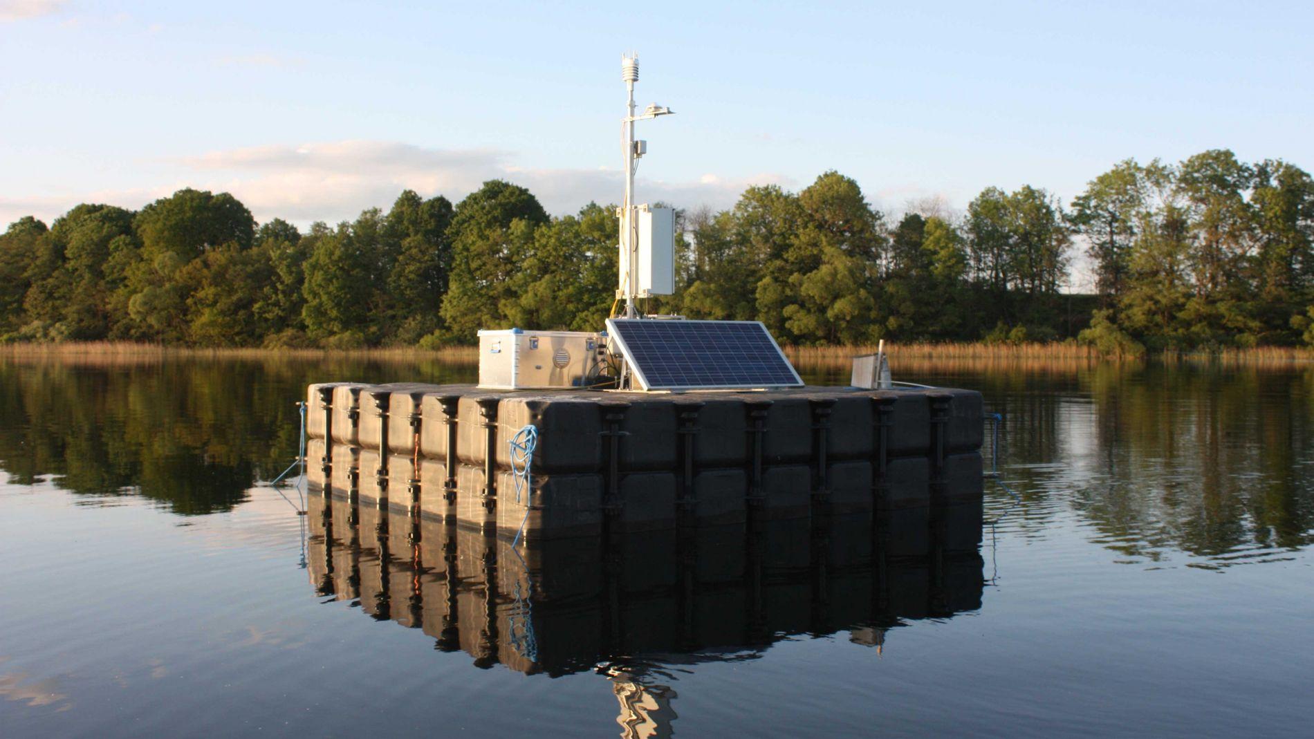 Auf dem Tiefen See der Klocksiner Seenkette schwimmt eine Plattform mit einer Wetterstation. Die Daten nutzen die Wissenschaftler am Deutschen GeoForschungsZentrum für ihr Monitoring.