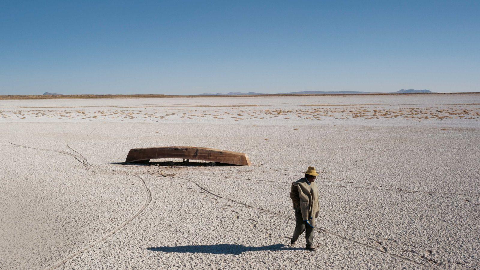 Wasser wird zu Wüste: das salzverkrustete Bett des Poopó-Sees in Bolivien. Boote sind trockengefallen, Fische und ...