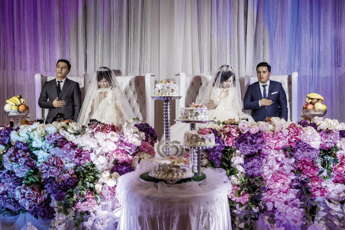 Zwei Brautpaare in Usbekistan