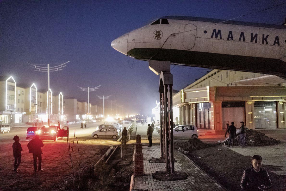 Flugzeug vor einem Café in Andischan (Usbekistan)