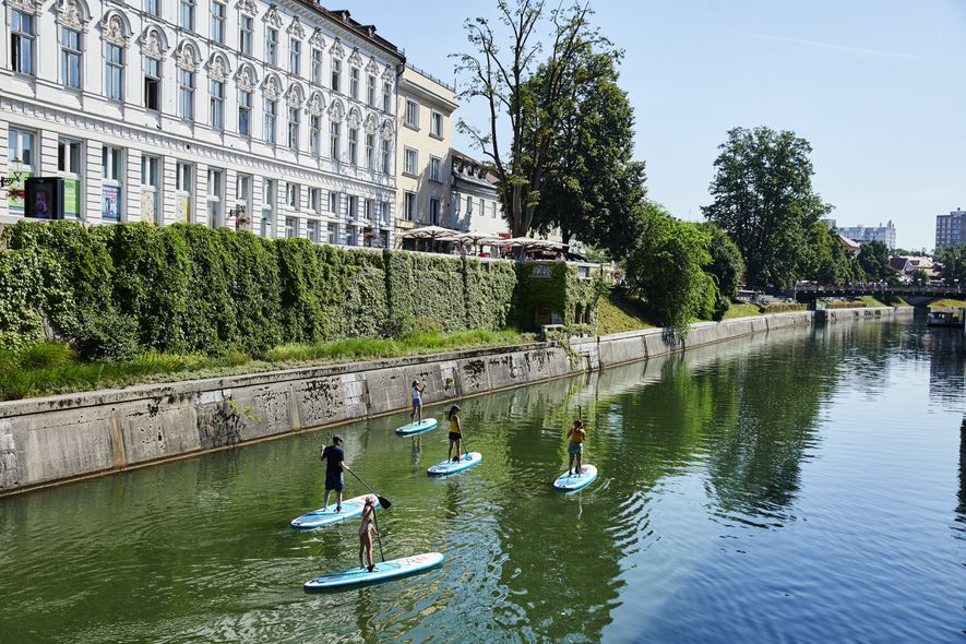 Entspannendes Paddleboarding auf der Lubljanica.