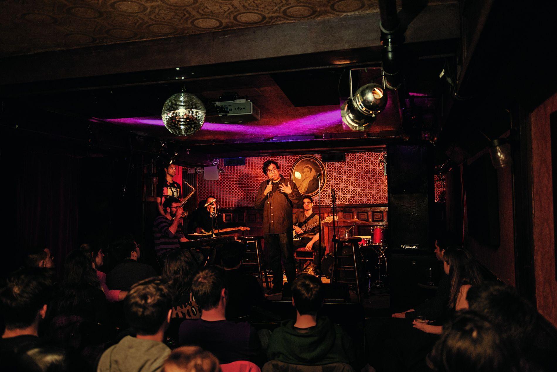 Hari Kondabolu bei einem Auftritt in der Union Hall in Brooklyn, New York. Kondabolu gehört zu den Comedians südasiatischer Herkunft, die in der US-amerikanischen Popkultur immer mehr an Bedeutung gewinnen.