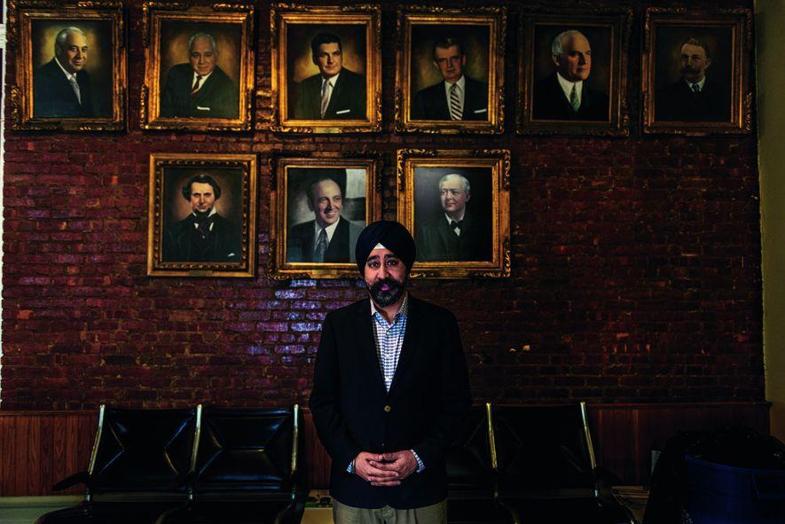 """Ravi S. Bhalla, der neue Bürgermeister von Hoboken in New Jersey, steht im Rathaus vor den Porträts seiner Vorgänger. """"Wir sind eine multikulturelle und einladende Stadt"""", sagt er. Der Bürgerrechtsanwalt trägt als Mitglied der Glaubensgemeinschaft Sikh einen Turban."""