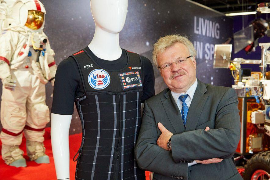 Reinhold Ewald nahm 1997 an der zweiten deutsch-russischen MIR-Mission teil. Der langjährige ESA-Astronaut und Bundesverdienstkreuzträger ist ...