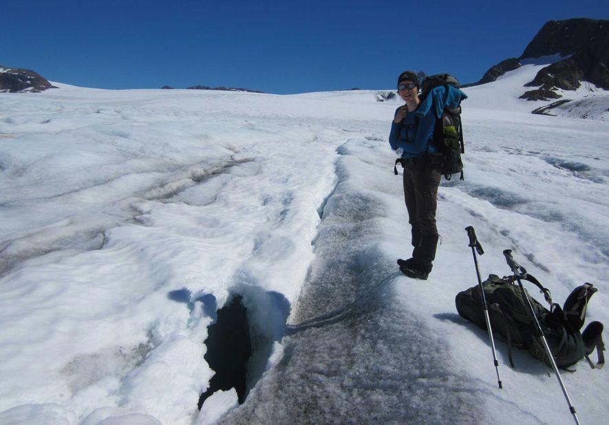 Mit Daunenjacke, Bergstiefeln und Steigeisen ist Stefanie Lutz, 31, auf den Gletschern unterwegs (hier auf Grönland). ...