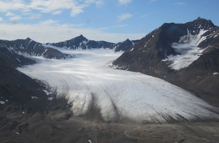 Auf Gletschern wie diesem auf Spitzbergen ist die Mikrobiologin Stefanie Lutz unterwegs, um Schnee- und Eisalgen ...
