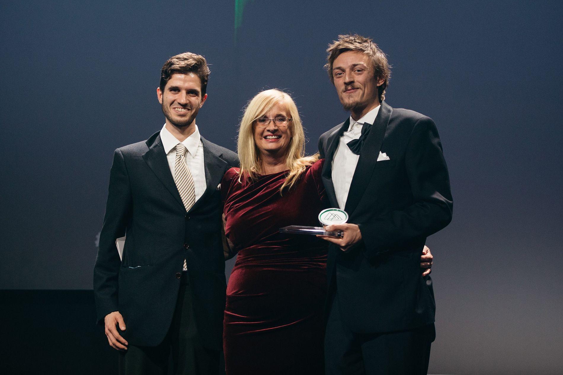 Sirplus Gründer Martin Schott (links) und Raphael Fellmer mit Claudia Dörr-Voß vom Bundesministerium für Wirtschaft und ...
