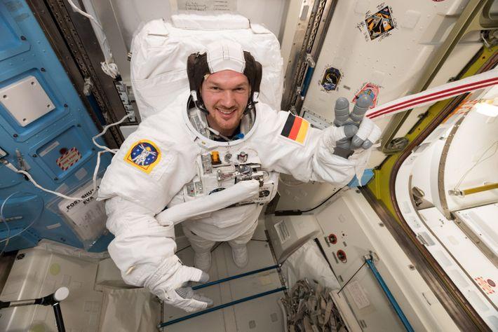 Alexander Gerst testet einen Weltraumanzug für mögliche Außenbordeinsätze.