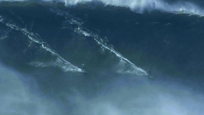 Double Ride auf einer Riesenwelle vor Praia do Norte