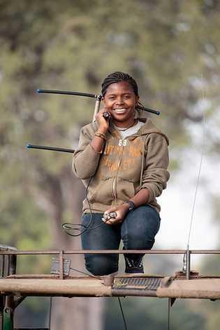 Thandiwe Mweetwa beim Aufspüren von Löwen. In jedem Löwenrudel wird ein weibliches Tier mit einem Sender ...