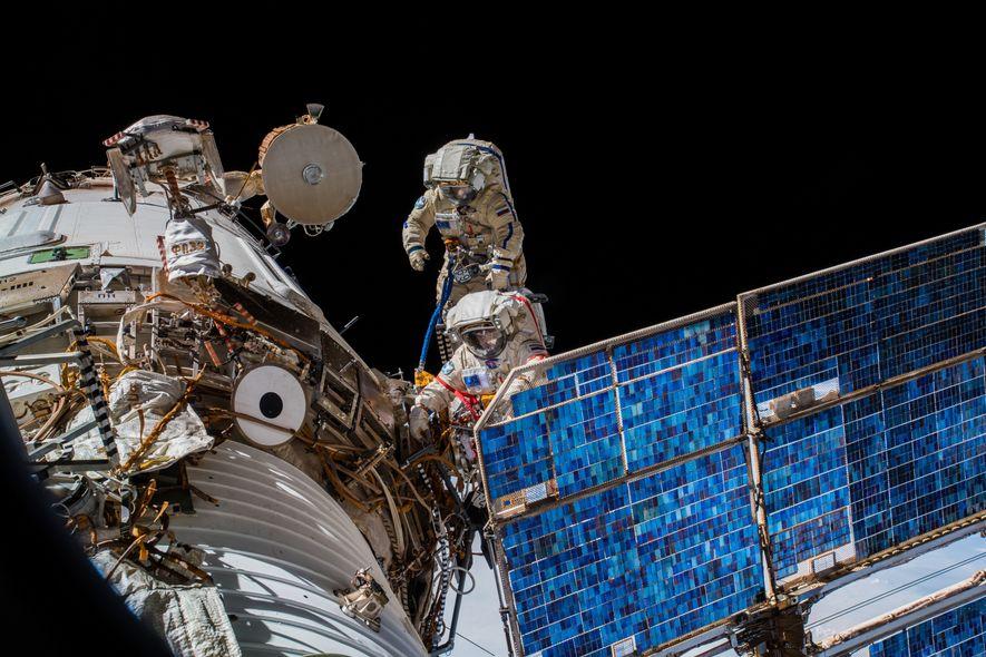 Der ultimative Arbeitsplatz: Die Kosmonauten Oleg Artemyev und Sergey Prokopyev installieren eine Antenne für das deutsch-russische …