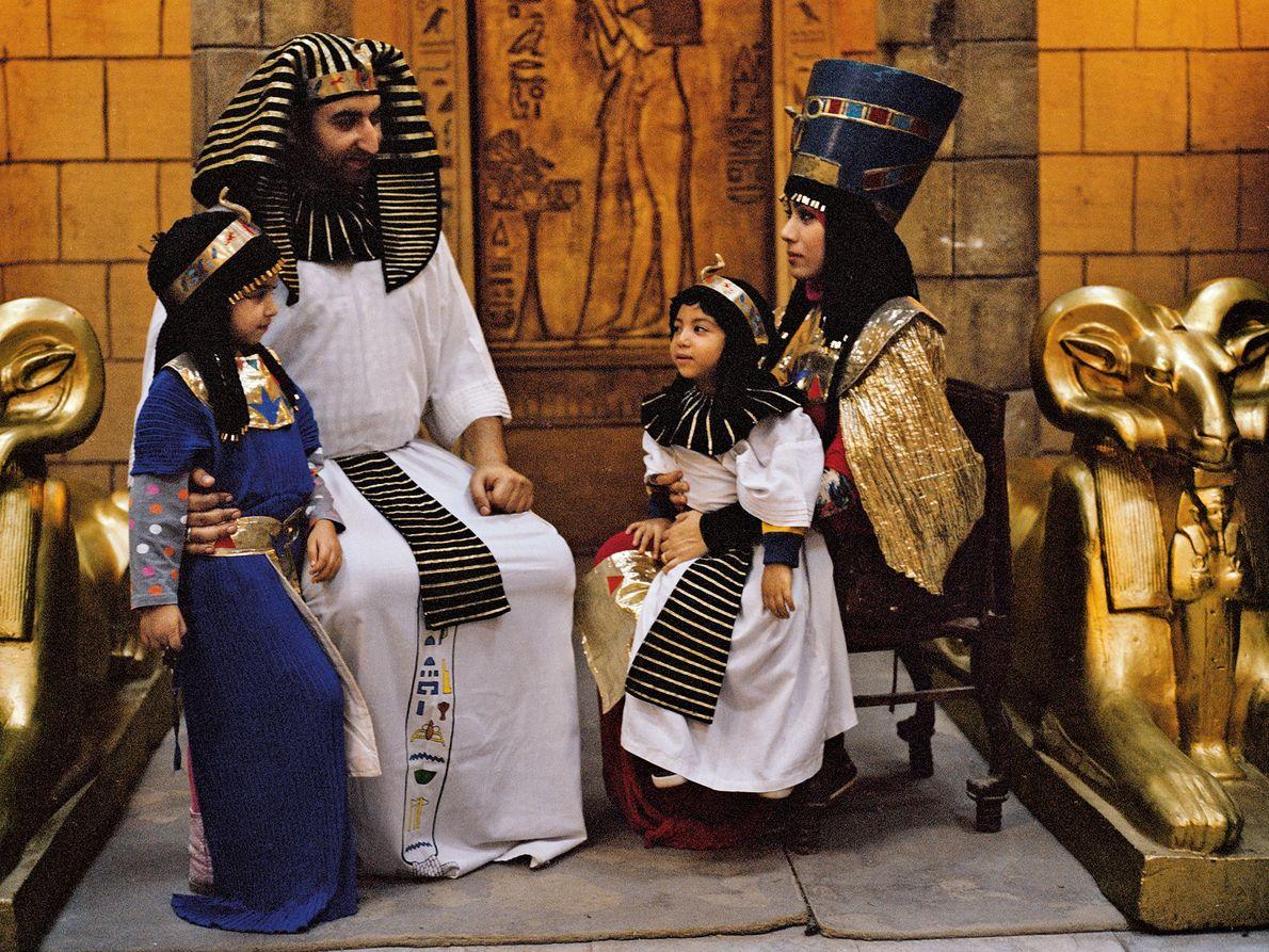 Heute posiert eine ägyptische Familie in einem Themenpark in Kairo im Pharaolook, was wie eine Reminiszenz ...