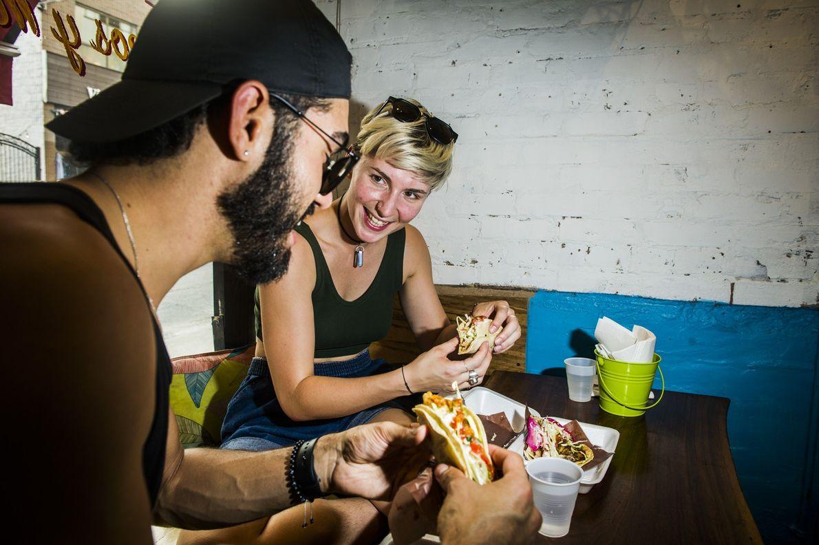 Menschen essen Tacos