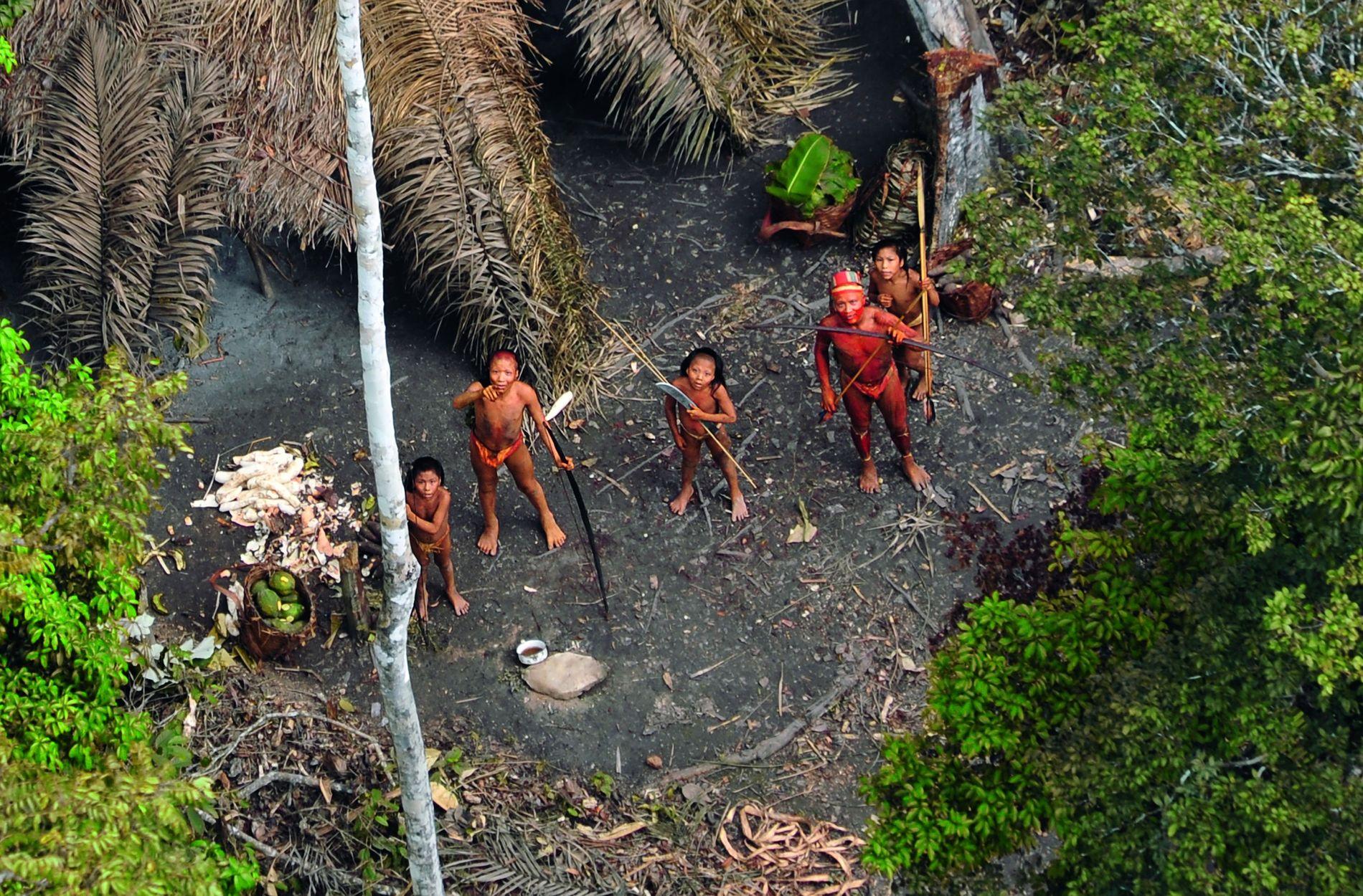 Eine Gruppe isoliert lebender Indigener im Regenwald Brasiliens nahe Peru. http://www.uncontactedtribes.org/fotosbrasilien