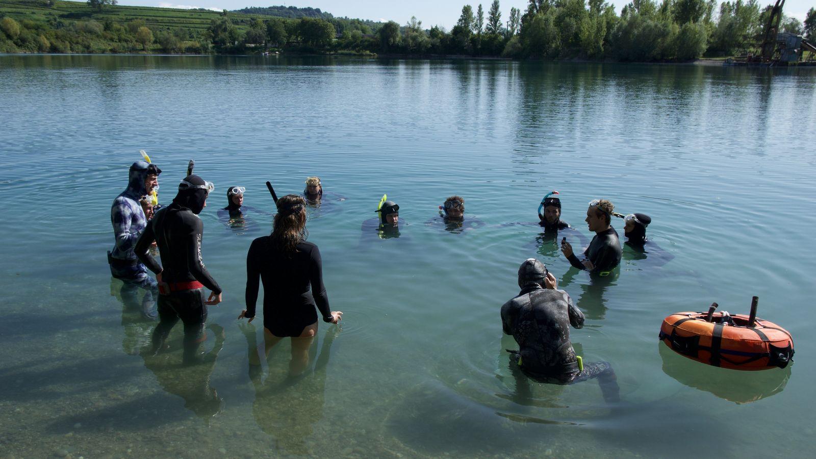 Teilnehmer des Unterwasserwelten Camps beim Freitauch-Lehrgang im Schwarzwälder Apostelsee.