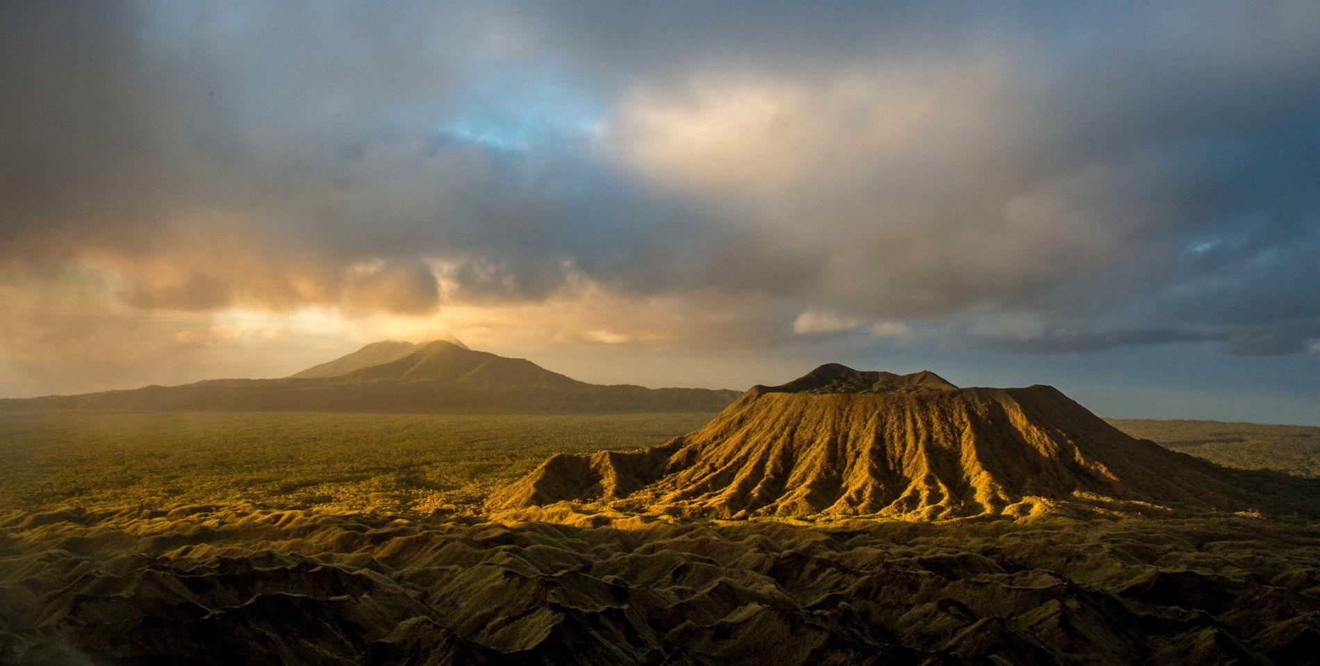 Ein Vulkan auf Vanuatu im Sonnenuntergang: Das Motiv ist eines der Lieblingsbilder von Fotografin Ulla Lohmann.