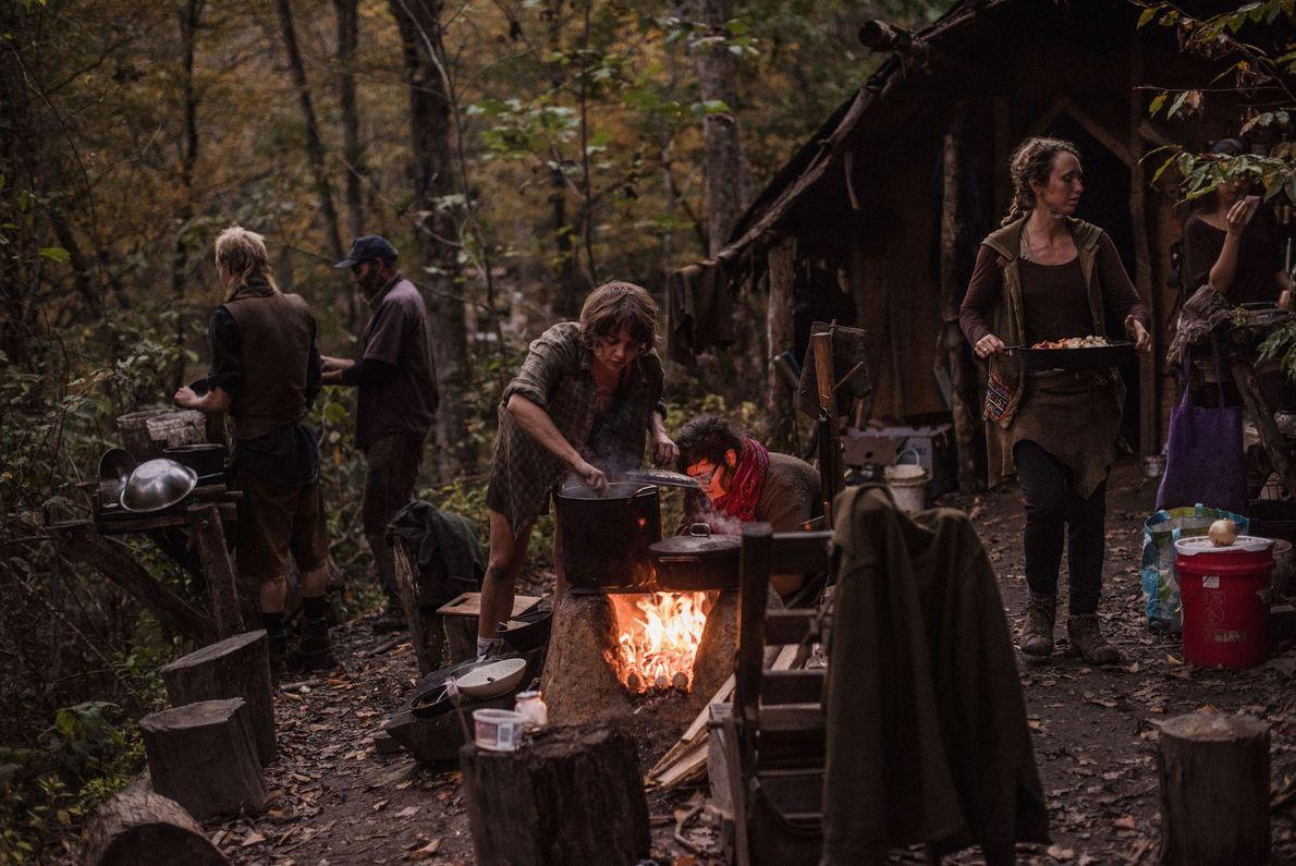 Lindsey (Mitte) und andere Mitglieder der Wild Roots-Kommune
