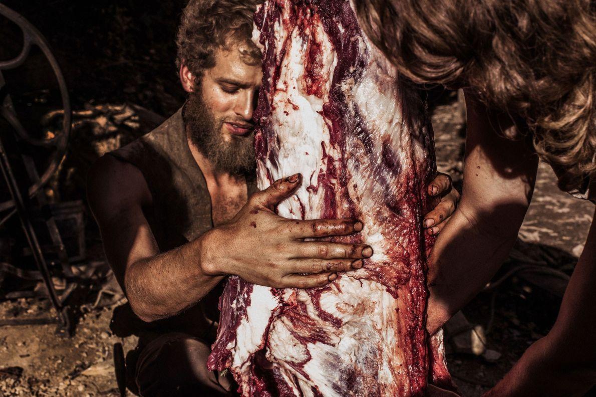 Jonathan hilft bei der Schlachtung eines Schwarzbären