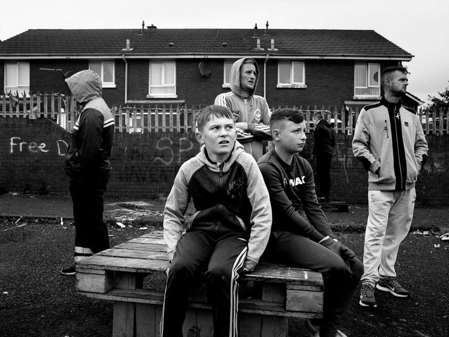Jugendliche in der Conway Street im Belfaster Stadtteil Shankill.